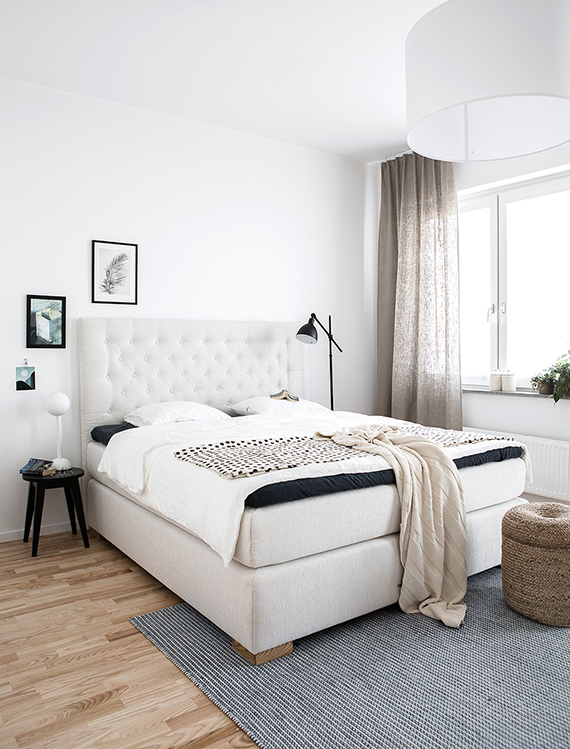 Fresh bright bedroom with a tufted headboard bed for some extra coziness. Image by Daniella Witte via Femina