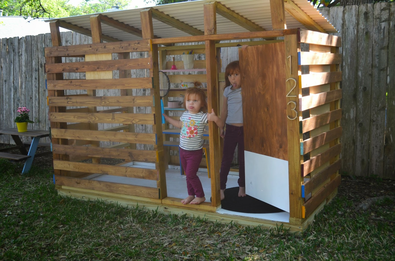 Woodwork modern playhouse diy pdf plans for Simple outdoor playhouse plans