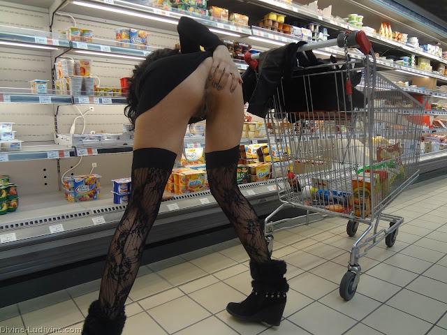 FotosNua.Com Mulher Pelada Fazendo compras pelada