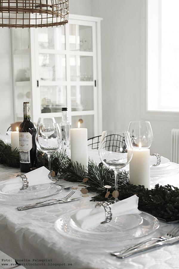nyårsdukning, dukning, servetter, servettringar, vinglas, glas, tallrikar, bordsdukningar, nyår, nyårsafton, vitt, silver, guld, girlang, festdukning, fest, vardagsrum, matsal, kök, köket, långbord, långbordet, svart och vitt