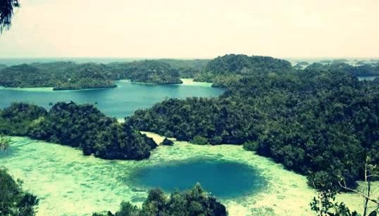 Gambar wisata gugusan pulau di Raja Ampat papua Indonesia