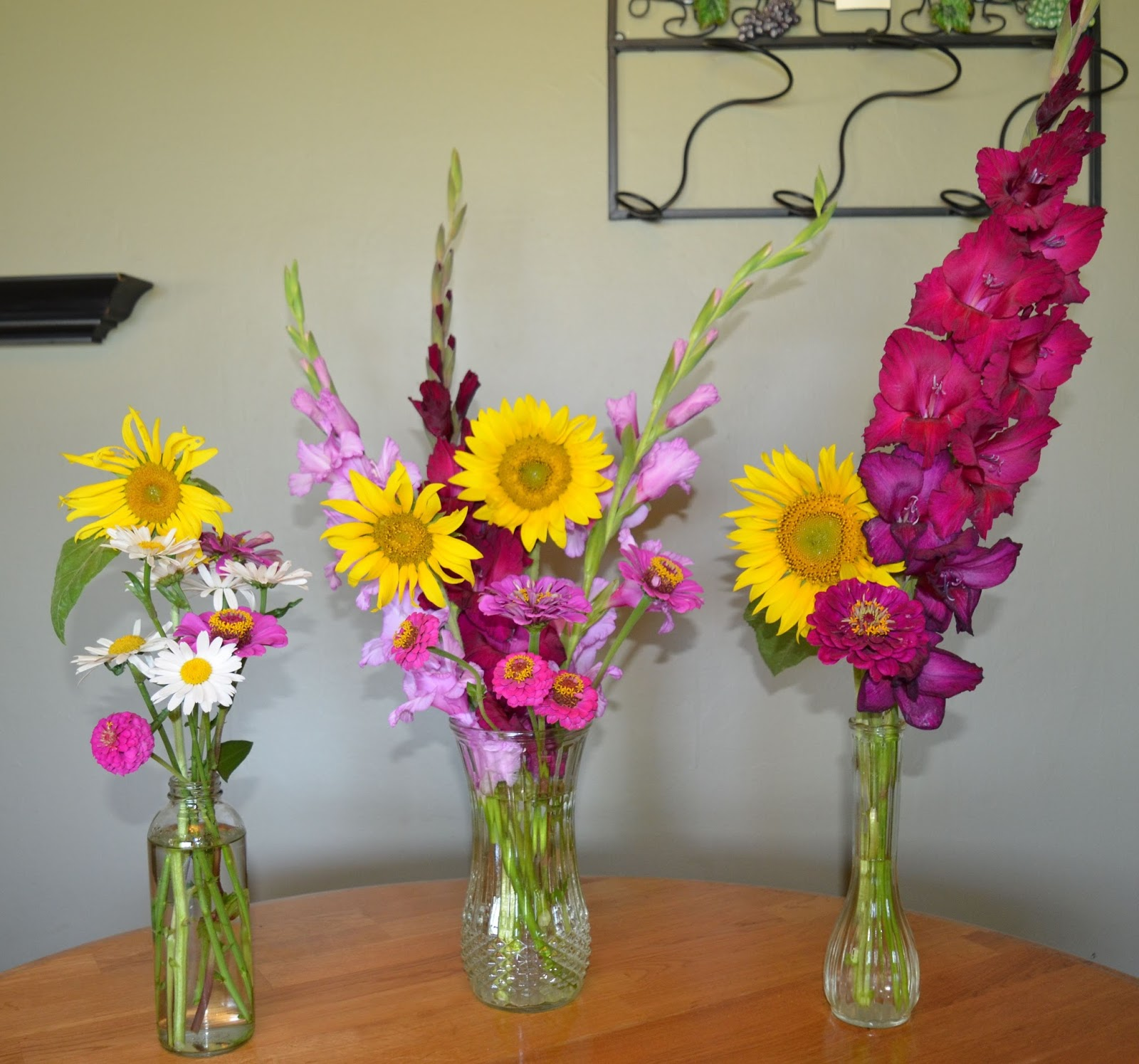 Rebeccas texas garden in a vase on monday all good things come the first vase is the largest of them all and is the one i used to brighten up my main living space at home this week the big bouquet was a nice reviewsmspy