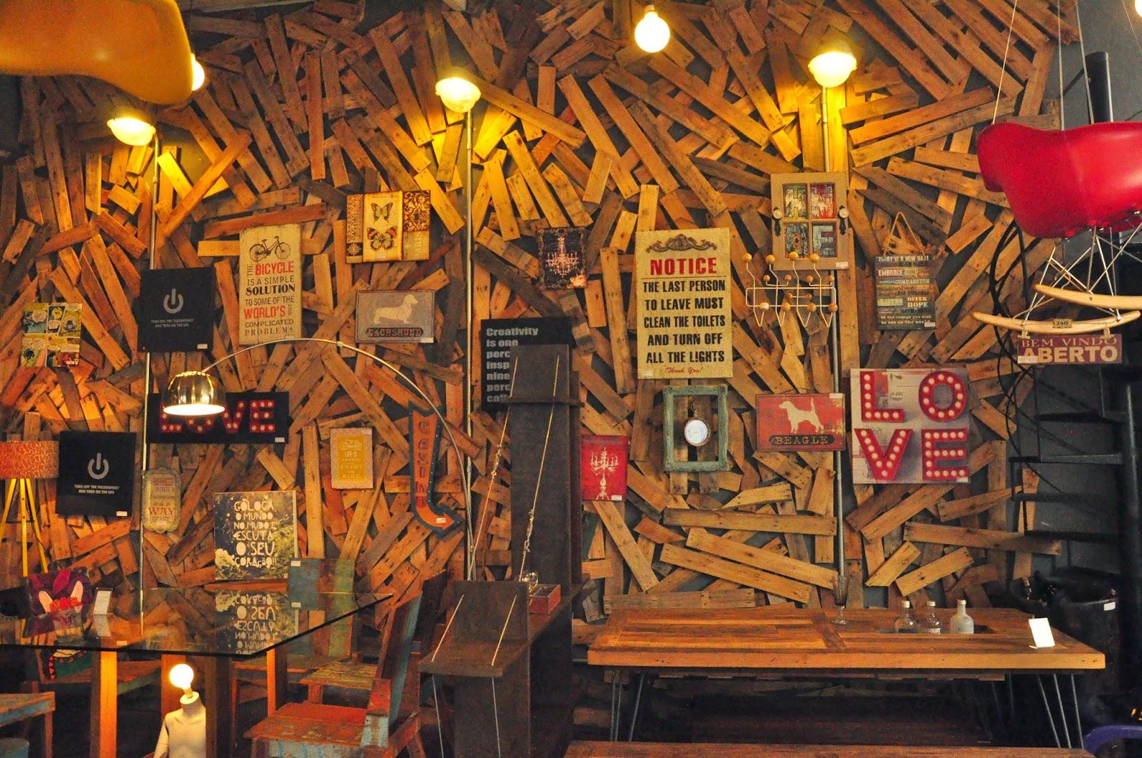 outros restaurantes se espalham pelas ruas de embu para todo tipo de #C59906 1600x1062