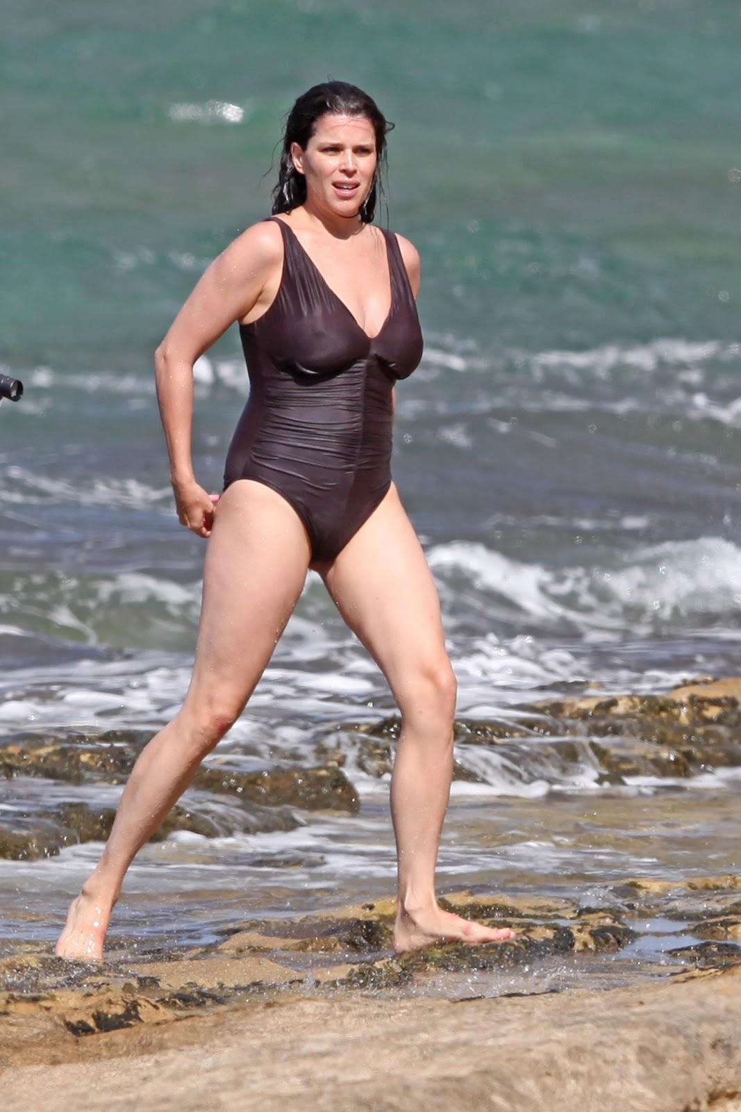 http://1.bp.blogspot.com/-H1wfmSuC264/UFNZsgmpbhI/AAAAAAAAUBI/P7XQ5nQa9lk/s1600/Neve+Campbell+in+Swimsuit+Candids+at+The+Beach+in+Hawaii.jpg