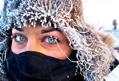 Зима и люди. Девушка в инии.