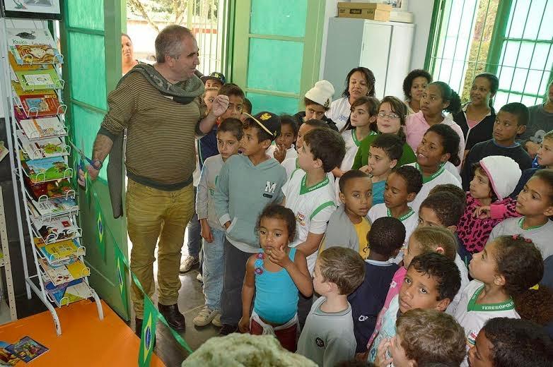 Hudson Fernandes, funcionário da Prefeitura e escritor, interage com as crianças na inauguração do espaço literário
