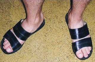 Homem usando chinelo slide de couro artesanal de João Pessoa PB - Pés Masculinos