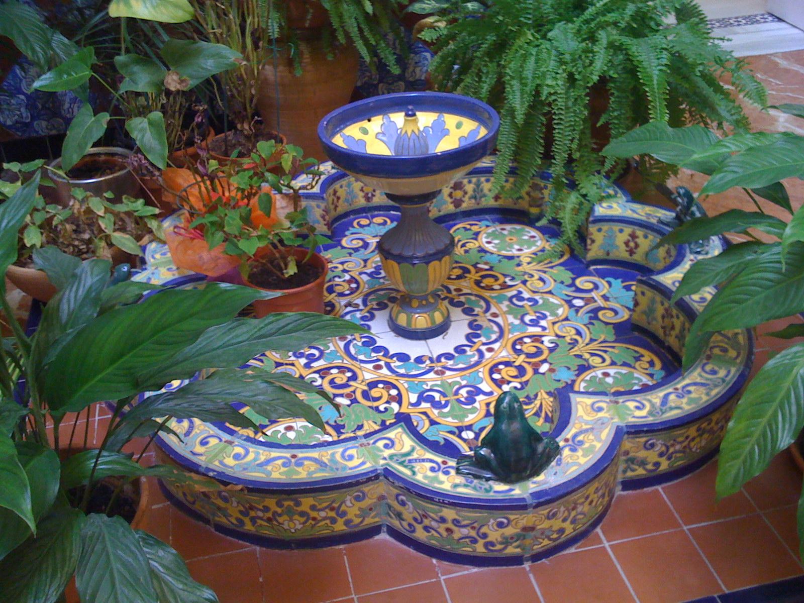 Sevilla daily photo la pila de las ranas for Fuentes para patios