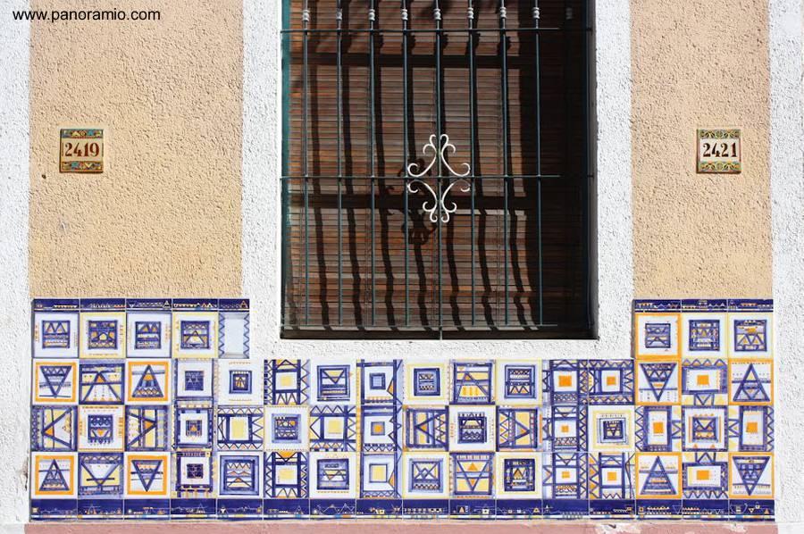 Arquitectura de casas fachada con mosaicos de azulejos for Casa de azulejos en valencia