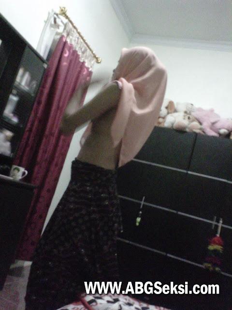 foto tante jilbab ganti baju