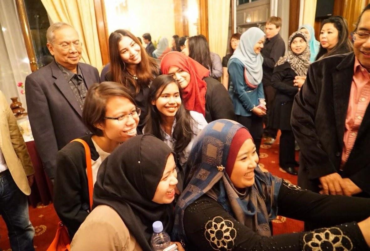 Adenan Beramah Mesra Dengan Mahasiswa Profesional Sarawak Di London