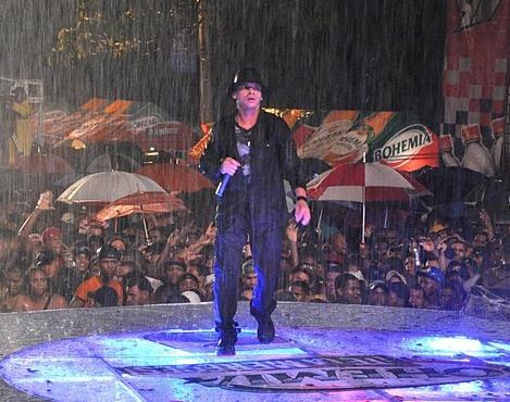 Vico C cantando en plena lluvia