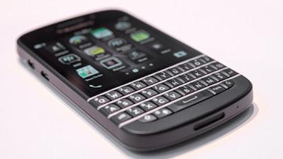 Una de las grandes interrogantes en el lanzamiento de BlackBerry 10, fue por qué salió primero a la venta el modelo Z10 y después el Blackberry Q10. Para los usuarios familiarizados con BlackBerry de hueso colorado, el Q10 significaba hacer una adopción a la otra plataforma de manera casi inmediata. Esto ha hecho que si bien las ventas del Z10 no sean pocas, hubieran sido más si primero se hubiera lanzado dicho modelo. Pareciera que la idea era ir por los usuarios de las otras plataformas, que están más familiarizados con las pantallas tactiles que mantener a sus usuarios fieles,