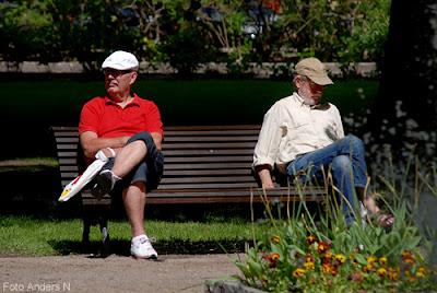 på en bänk i en park, gubbe i keps, gubbar i keps, on a bench in a park, parkbänk, foto anders n