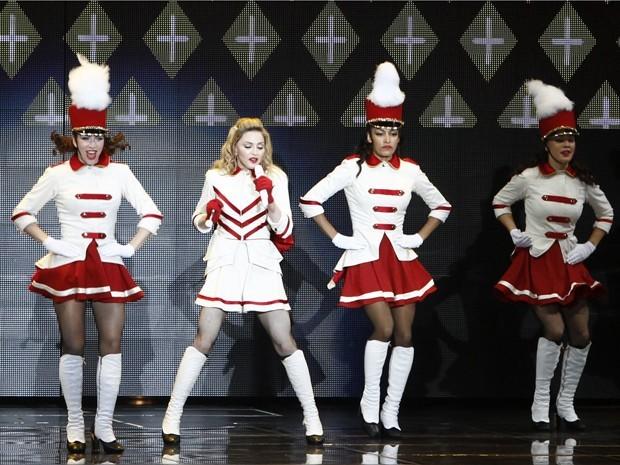 Madonna canta em apresentação em Israel, nesta quinta-feira, na abertura da turnê mundial (Foto: Reuters/Amir Cohen )