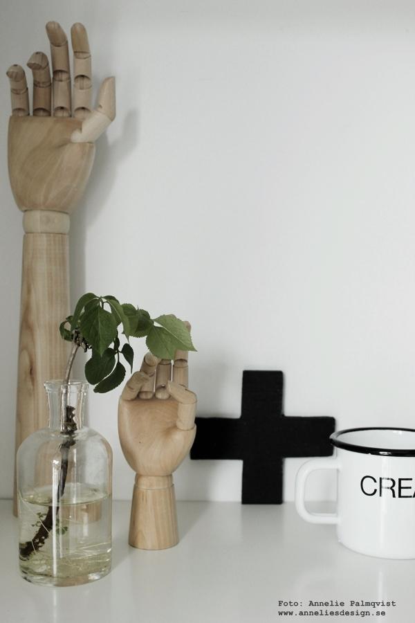 hylla, vitt, vit, vita hyllor, svart kors som dekoration, hay hand, lite och stor hand i hyllan, i köket, kök, svartvitt, svart och vitt,
