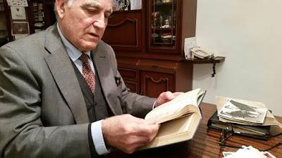 Lorenzo Ponce Sala ojeando el libro de partidas en el domicilio de Joan Ponce (1)