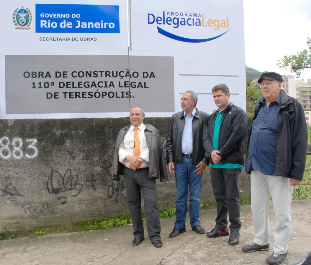 Delegado Walter Barros, coordenador do Programa Delegacia Legal, Cesar Campos, Prefeito Arlei e presidente do Conselho de Segurança, Nadim Kantara: Delegacia Legal sai do papel