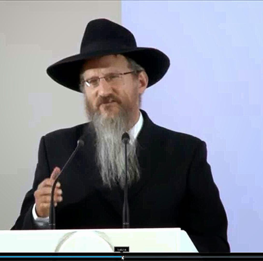 O rabino chefe da Rússia Shlomo Dovber Pinchas Lazar falando