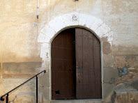 La porta d'entrada amb arc de mig punt amb la clau gravada amb la data de 1756