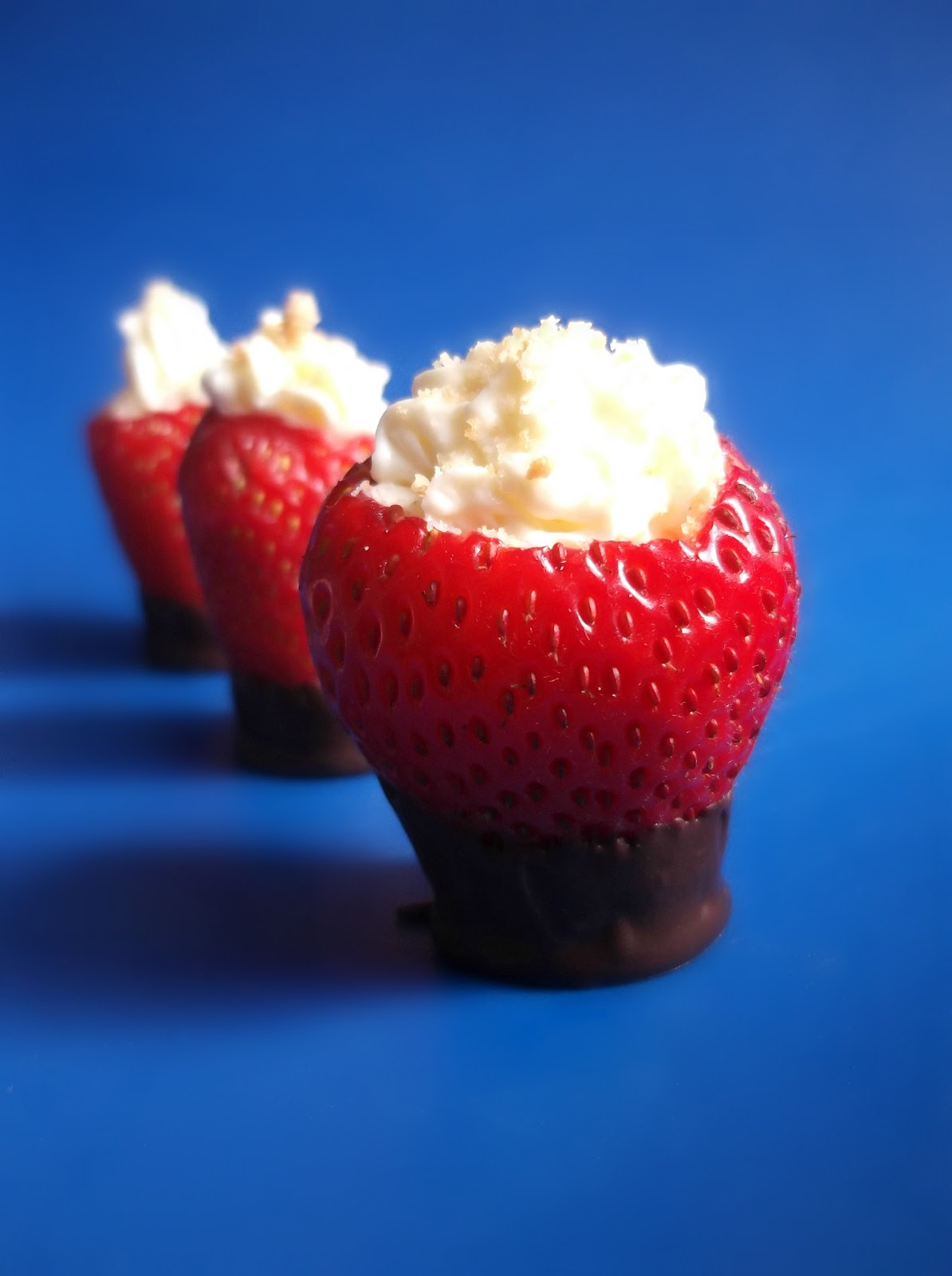 Lick The Spoon: Chocolate Dipped Strawberry Cheesecake Cups