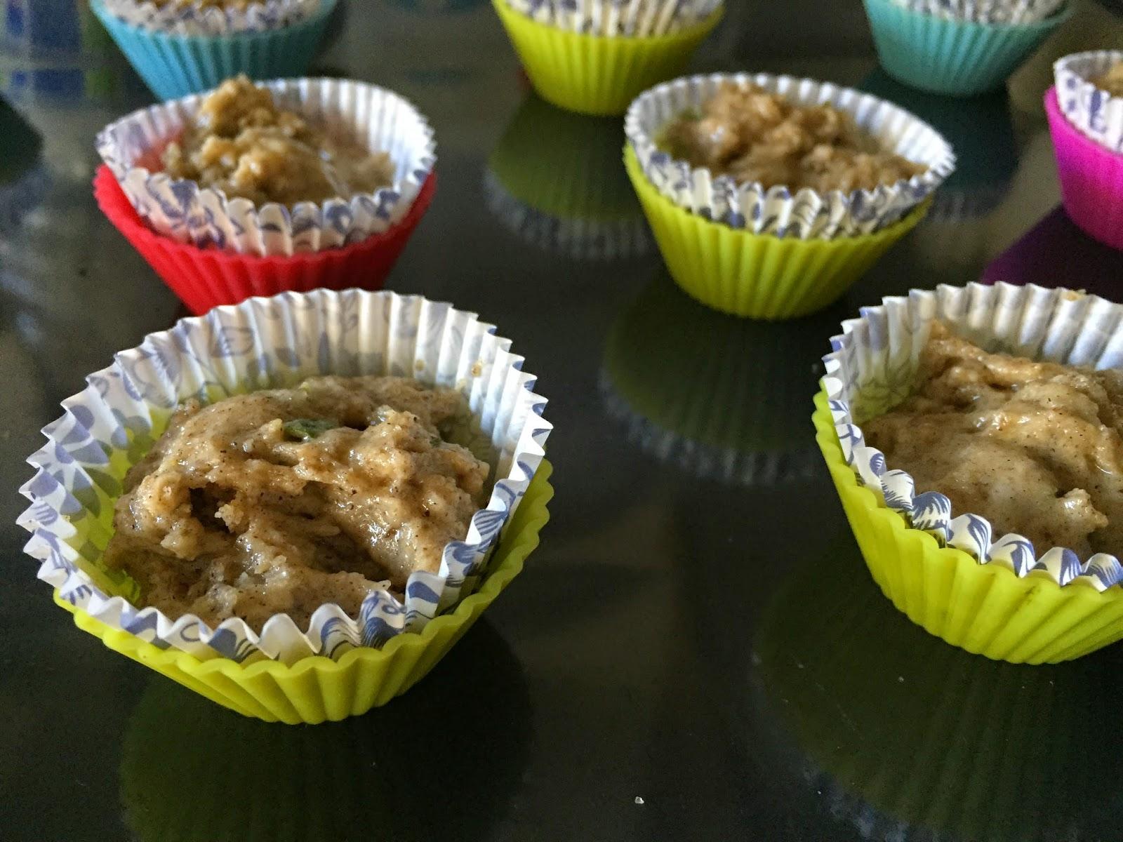 Mini muffins de limón y Güela Manuela, rellenando moldes con la masa.