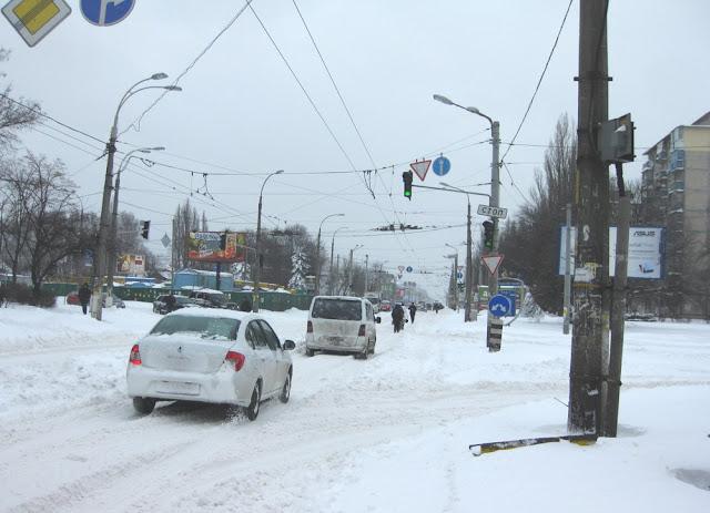 Фото Виталия Бабенко: дорогм занесло снегом