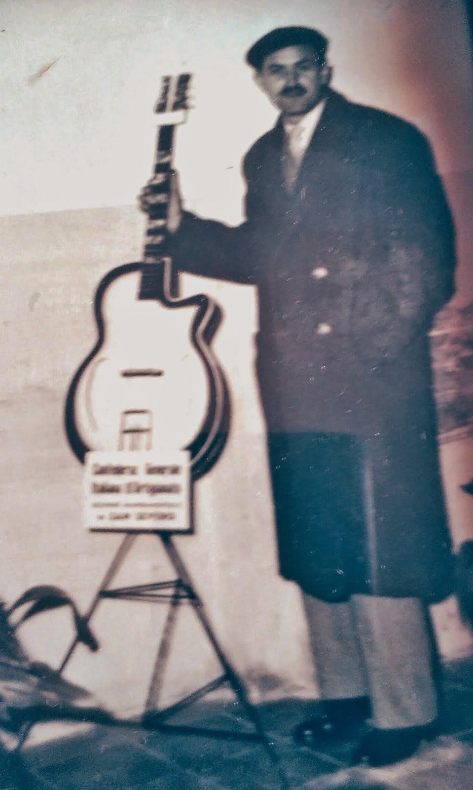 Anni 50. Papà e una delle tante chitarre da lui costruite. Medaglia d'oro, all'artista!!