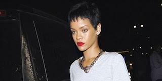 Clubbing, baju Rihanna berlubang di bagian pantat