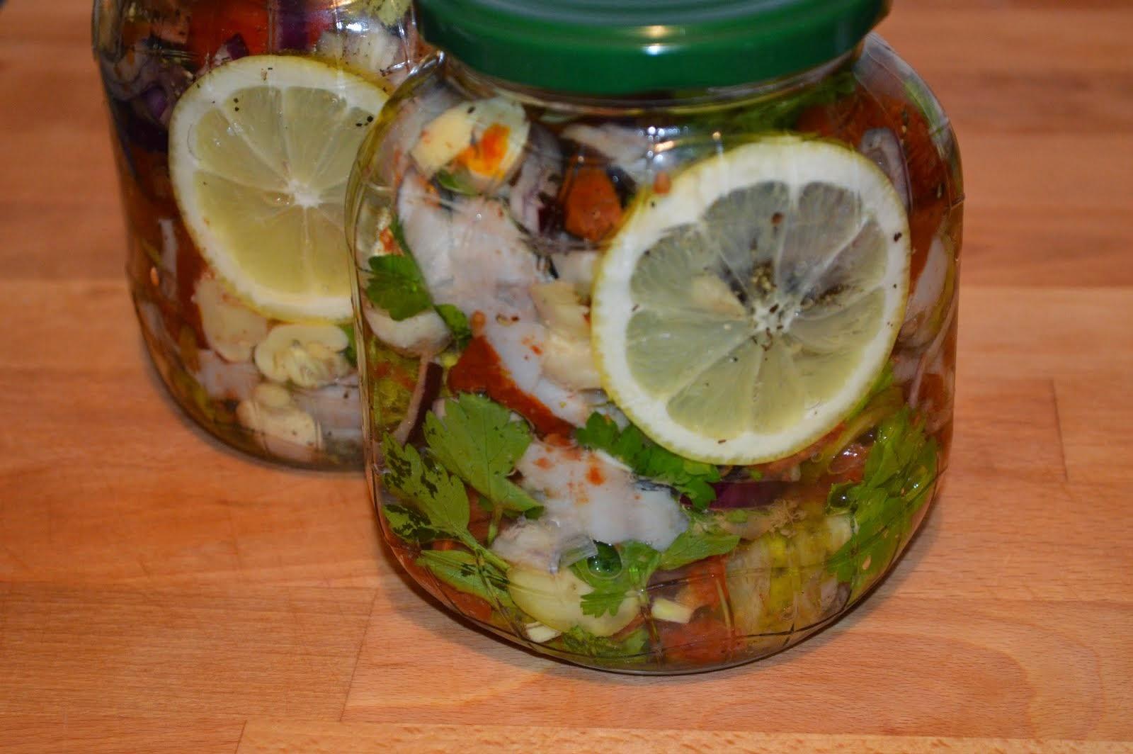 Sałatka śledziowa z suszonymi pomidorami i chilli