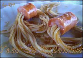 Salsicha com macarrão espetado já cozidos. temperando com o molho de tomates.
