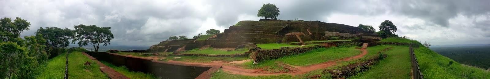 Панорамная фотография вершины Сигирии, ступенчатая пирамида, руины дворца, чертоги короля, развалины стен, сады Эдема