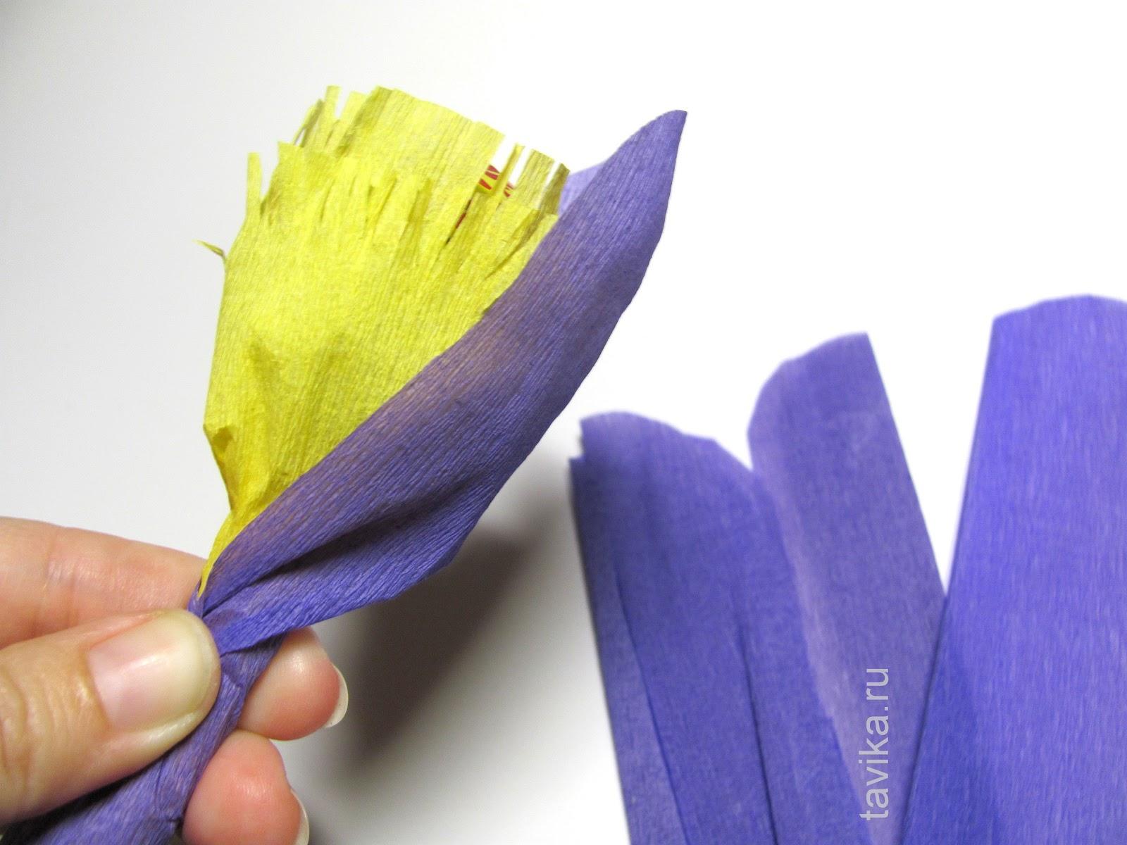 Цветок из чупа чупса и гофрированной бумаги