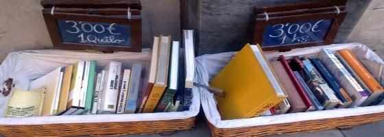 Libros al peso en Barcelona, frente al Palau de la Música