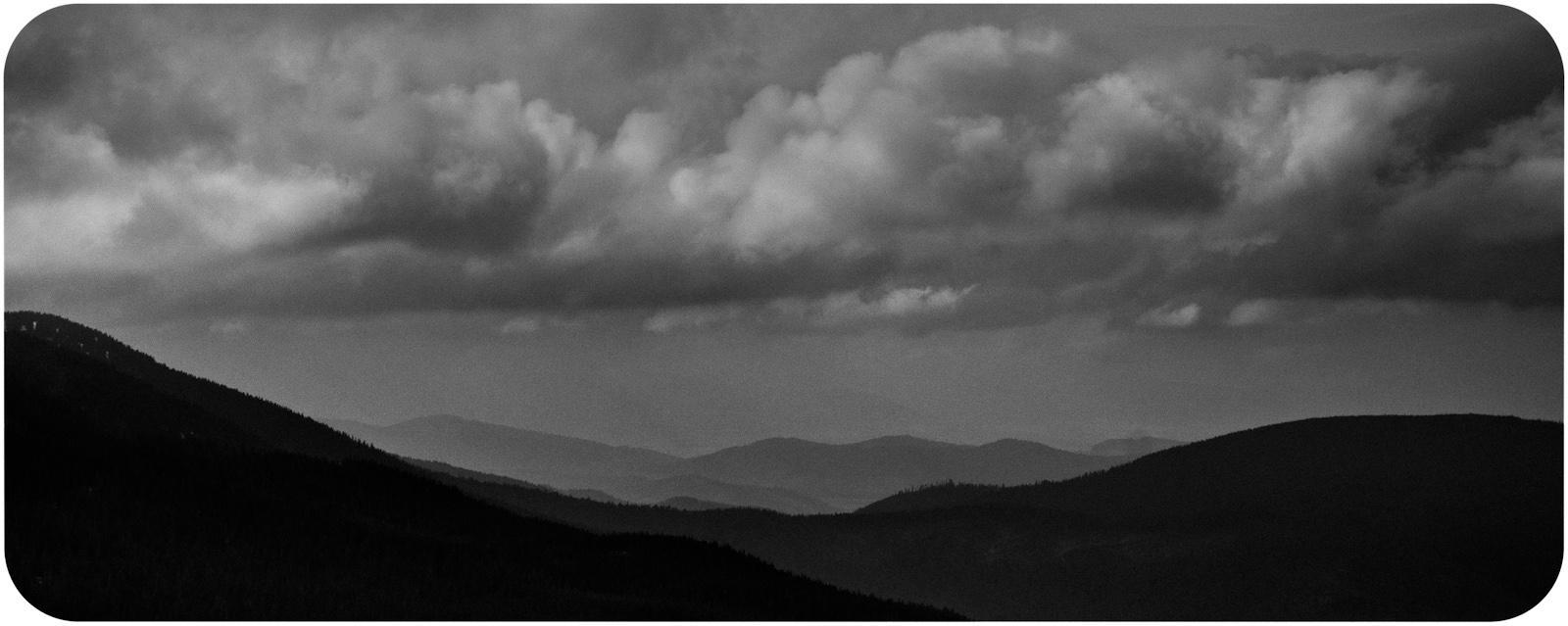 Czarnobiała fotografia krajobrazowa. Babiogórski Park Narodowy. Babia Góra, Diablak. fot. Łukasz Cyrus