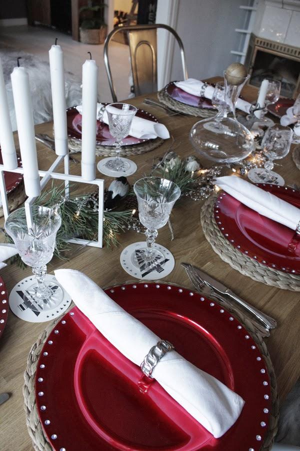 dukning inspiraion, juldukning, julen 2013, duka med servetter, vika servetter, röda undertallrikar, vit ljusstake, fåglar dekoration på julbordet, glasunderlägg granar