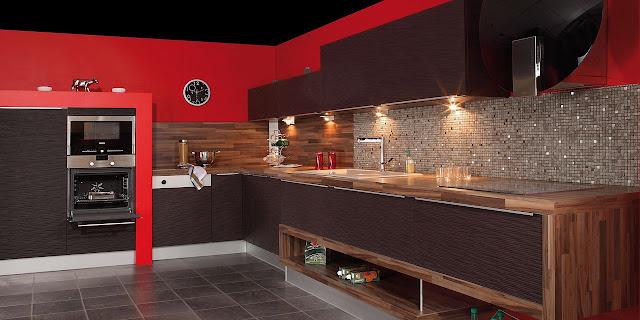 Cuisine marron en L avec plan de travail en bois. Espace déco ouvert sous les casseroliers. Cuisiniste de Montpellier