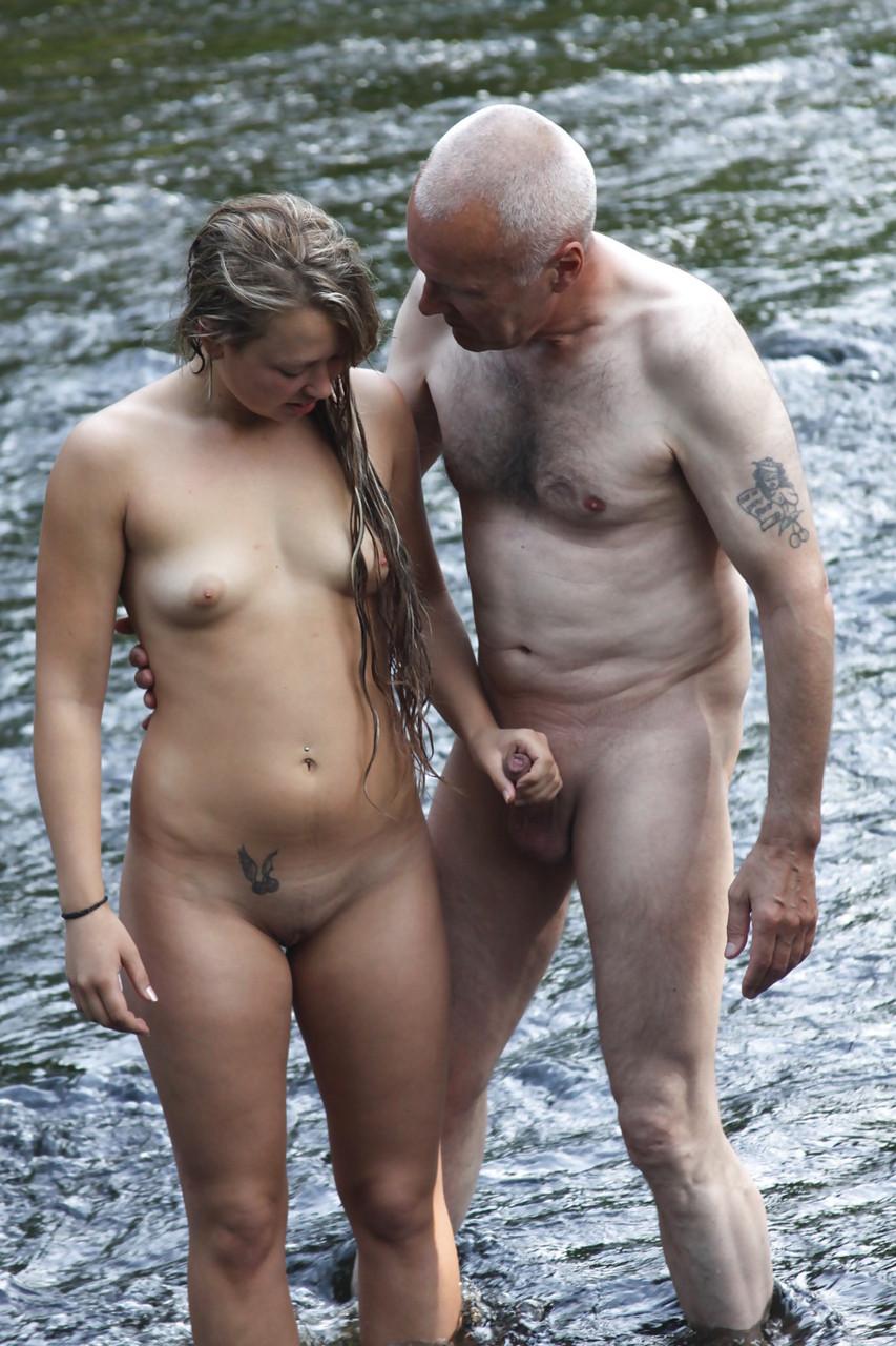 Mujer nudista con un perfecto culo filmadas en la playa