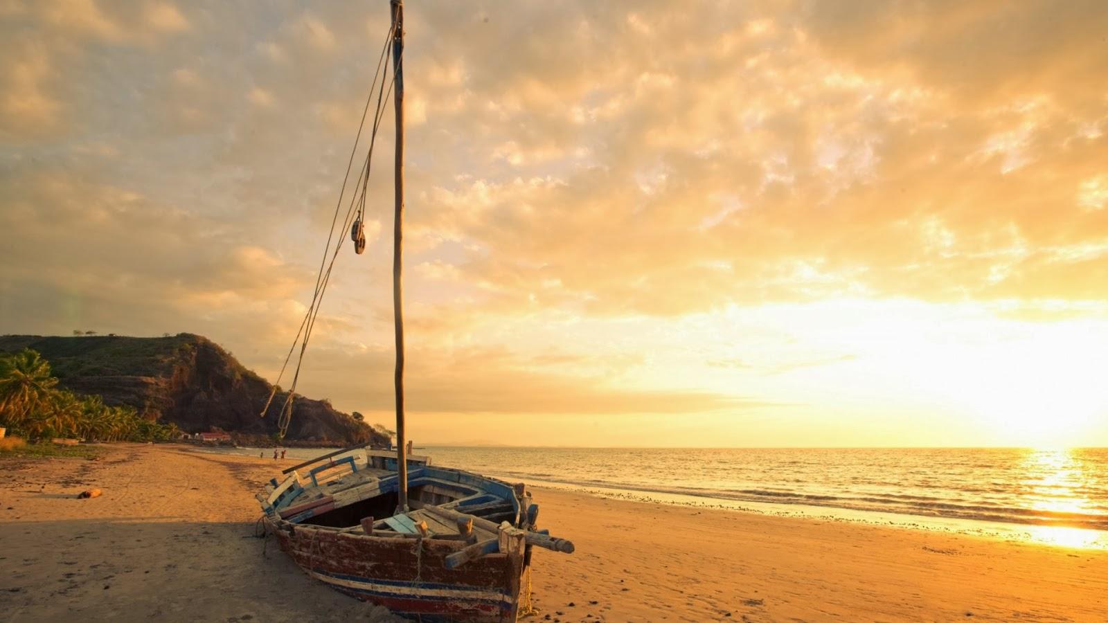 un golpe arriba viejo velero en una playa al amanecer