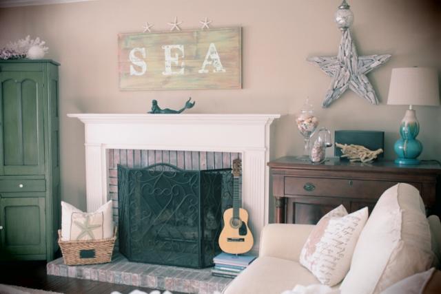 Welcome beach theme family room for Beach themed living room ideas