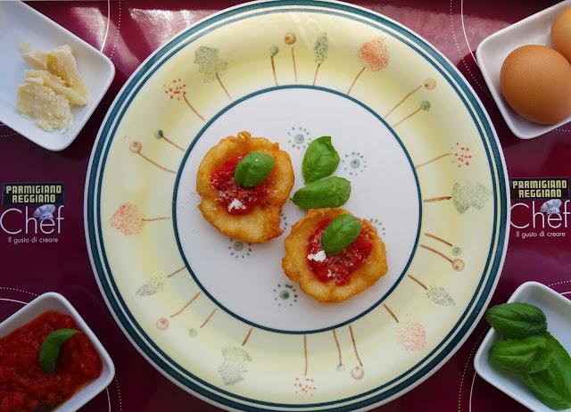 pizzette fritte di parmigiano reggiano con salsa al pomodoro fresco e basilico