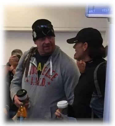 Detras de camaras Sting junto a Undertaker, Estrellas de la WWE son captados por cámara oculta en el aeropuerto
