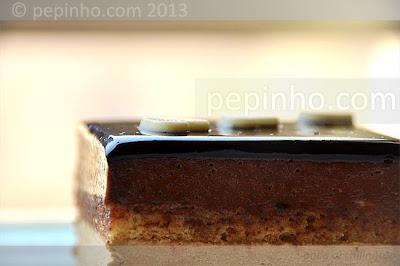 Tarta de moka y chocolate al praliné