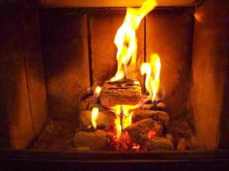Brykiet drzewny po dwóch godzinach od podłożenia ognia
