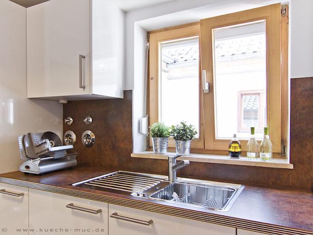 Weisse Fronten und braune Arbeitsplatten für diese Einbauküche.