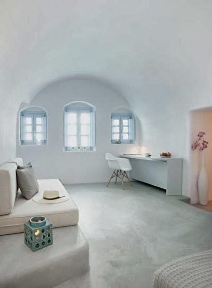 casa en santorini donde el blanco se funde con la luz