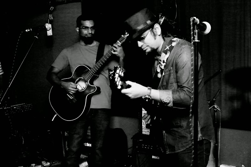 Jim Ankan Deka with Suchin Ravi (left) of Voodoo Child at The Warehouse, Bangalore