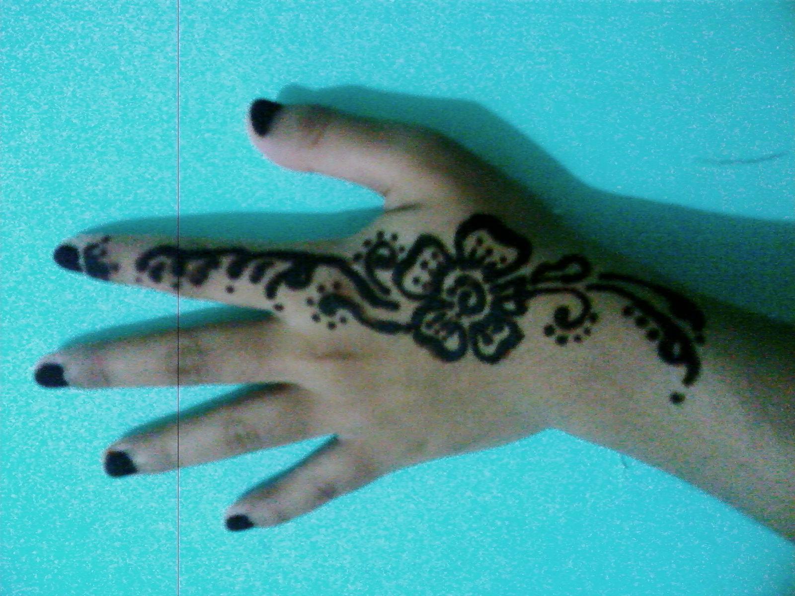 Coba lihat tangan aku... indah bgt kan?? hihi