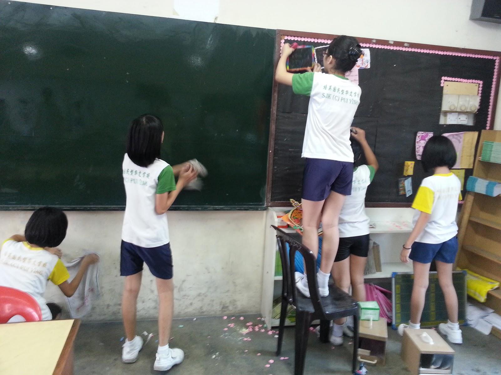 Murid-murid kelas 5K bekerjasama membersihkankelas.