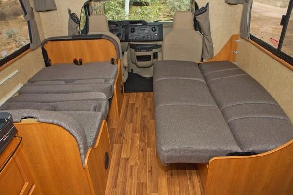 Siddeafdelingen med bord/bænkesæt samt sofa omdannet til seng. C30 motorhome fra Cruise Canada / Cruise America.